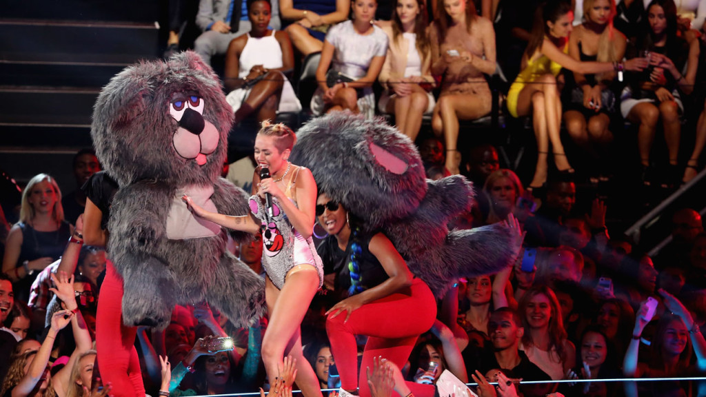 miley Cyrus vma's bear